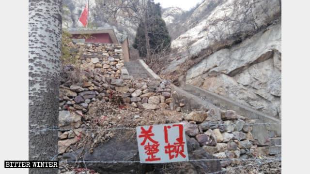 El camino que lleva al templo de Taizi está bloqueado con alambre de púas