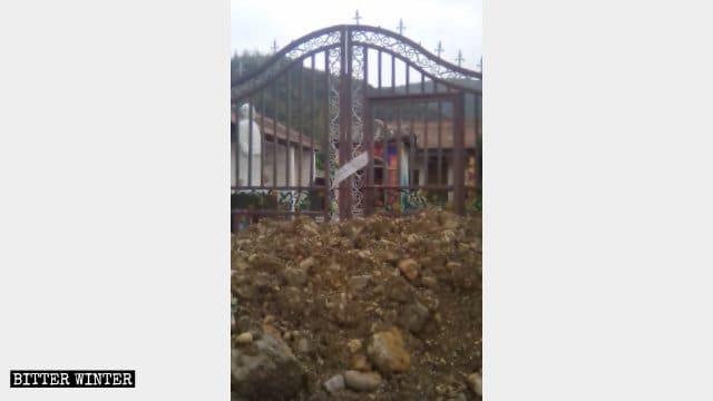 El templo ha sido cerrado y la entrada ha sido obstruida con un montículo de tierra.