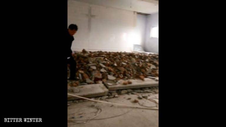 Imagen del piso del podio de la iglesia desmantelado