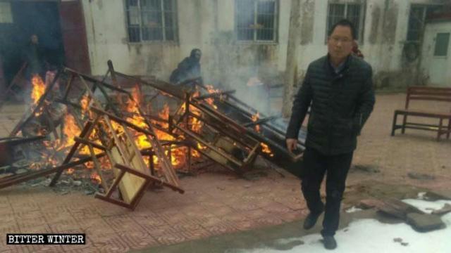 Los bancos y cojines de la iglesia fueron quemados.