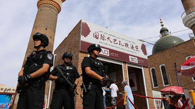 Policía especial en servicio en una calle de Sinkiang.