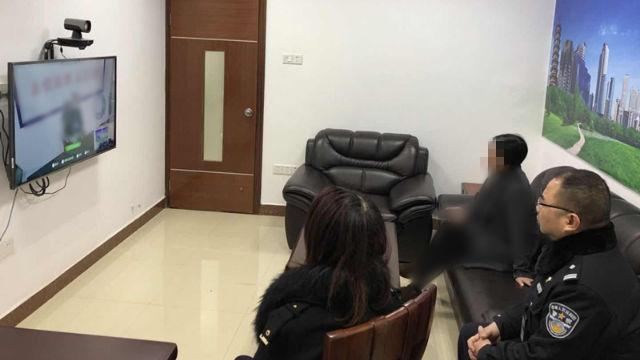 Acompañados por la policía, una familia es llevada a realizar una videollamada con sus seres queridos.