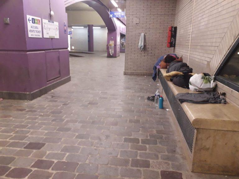 Durmiendo en la estación de autobuses