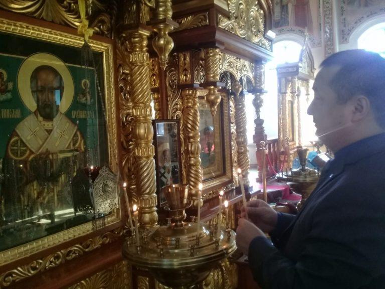 El Sr. Serikhzan Bilash, el famoso disidente, musulmán, en una iglesia ortodoxa en Almaty, Kazajistán. Un importante testimonio