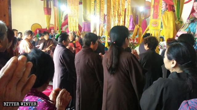 El abad publicita las políticas del PCCh en una reunión de creyentes el 19 de mayo.