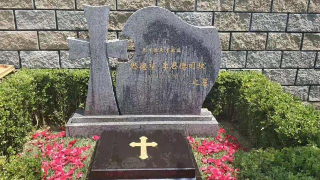 Ya que el Partido Comunista Chino (PCCh) no lo reconocía, en la lápida del obispo Stephen Li Side se le nombra como sacerdote y no como obispo.