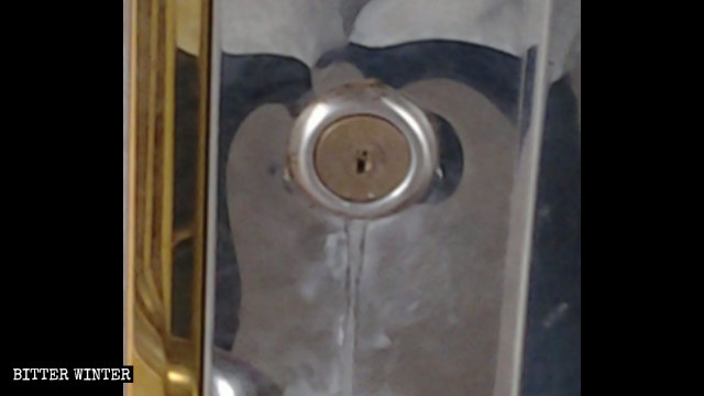 El cilindro de la cerradura de un lugar de reunión estaba cubierto con pegamento.