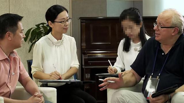 Peter Zoehrer entrevistando a Jia Zhigang