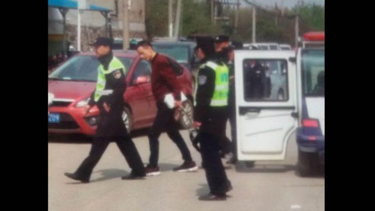 Un miembro de la Iglesia fue llevado por la policía por distribuir folletos del evangelio (fotografía extraída de WeChat).